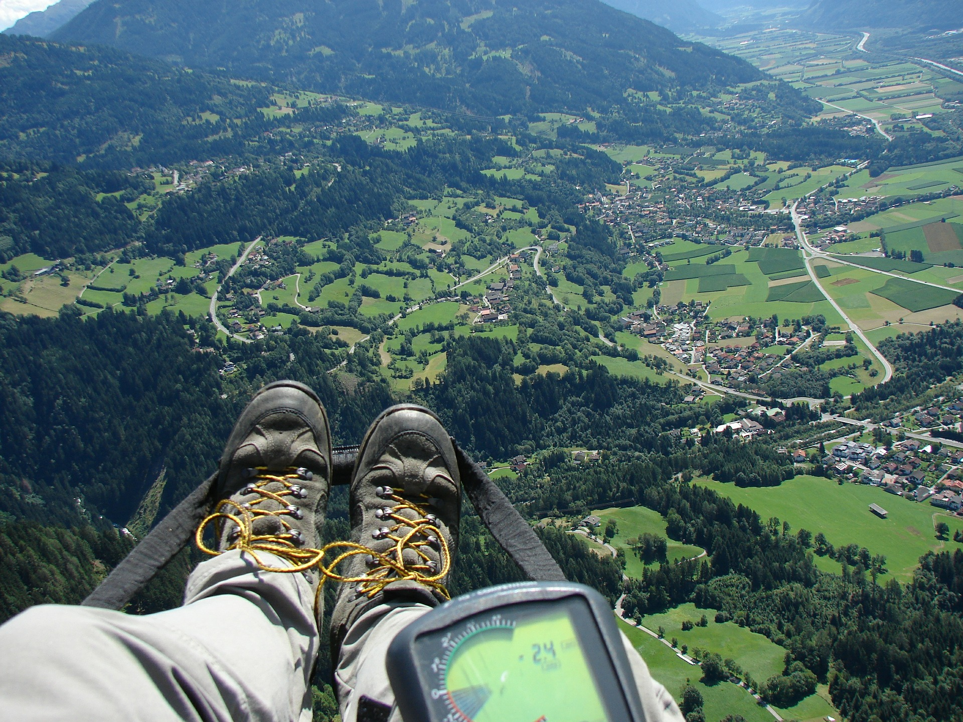 paragliding-feet-city